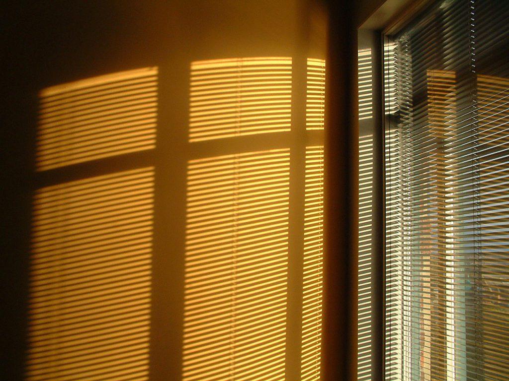 Dekoracje okienne w biurze